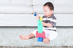 Baby, das mit Blockspielwaren spielt Stockbild