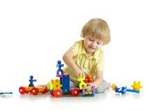 Baby, das mit Blockspielwaren spielt Lizenzfreies Stockfoto