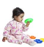 Baby, das mit bunten Ringen spielt lizenzfreie stockbilder
