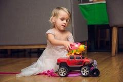 Baby, das mit einem Auto spielt Lizenzfreie Stockbilder