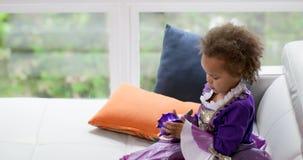 Baby, das mit Frühlingsspielzeug 4k spielt stock video
