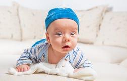Baby, das mit Häschen spielt Lizenzfreies Stockfoto