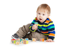Baby, das mit hölzernen Spielzeugwürfeln mit Buchstaben spielt. Hölzernes Alphabet Stockfotos