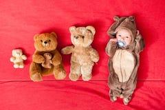 Baby, das mit ihrem Teddybären, neuen Familie und Liebeskonzept schläft lizenzfreies stockfoto
