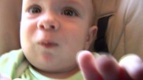 Baby, das mit Kamera 01 spielt stock footage