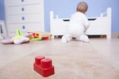 Baby, das mit Plastikbausteinen spielt Stockfoto