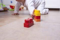 Baby, das mit Plastikbausteinen spielt Lizenzfreie Stockfotografie