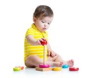 Baby, das mit Pyramidenspielzeug spielt Stockbild
