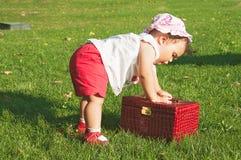 Baby, das mit Schmuckkästchen spielt lizenzfreie stockfotos