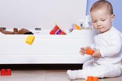 Baby, das mit seinem Spielzeugstamm spielt Lizenzfreies Stockfoto