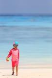 Baby, das mit Spielwaren auf dem Strand spielt Stockfotografie