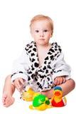 Baby, das mit Spielwaren nach dem Baden spielt Stockfoto