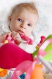 Baby, das mit Spielwaren spielt Stockbild