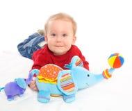 Baby, das mit Spielwaren spielt Stockbilder