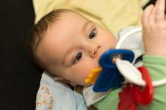 Baby, das mit Spielzeug spielt Stockfoto