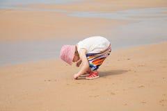 Baby, das nach Seeoberteilen sucht Lizenzfreies Stockfoto
