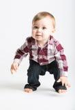Baby, das oben im Flanell und in den Jeans steht stockfotografie