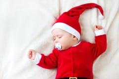 Baby, das in Sankt-Kostüm schläft Lizenzfreie Stockfotografie