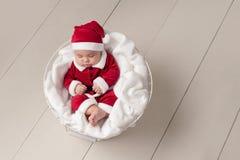 Baby, das Santa Suit trägt Stockfoto