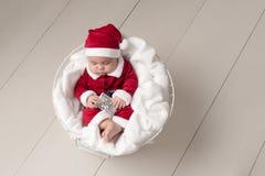 Baby, das Santa Suit trägt Stockfotos