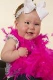 Baby, das schaut, um mit Seiten zu versehen großes Lächeln lizenzfreie stockfotografie