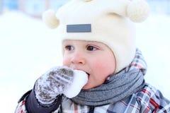 Baby, das Schnee isst Lizenzfreie Stockfotografie