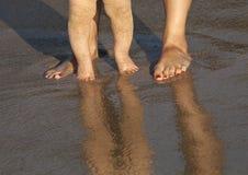 Baby, das seine ersten Schritte auf dem Strand tut Lizenzfreies Stockfoto