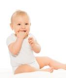 Baby, das seine Finger glücklich und das Lächeln kaut lizenzfreie stockfotografie