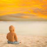 Baby, das Sonnenuntergang schaut Lizenzfreie Stockfotografie