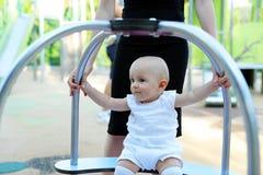 Baby, das Spielplatz am im Freien spielt stockfoto