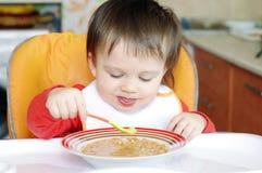 Baby, das Suppe isst Stockbild