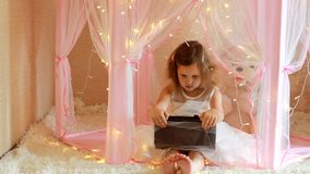 Baby, das Tablette im Schlafzimmer verwendet Kind, das ein Video auf einem Bildschirm aufpasst und in ihrem Raum spielt stock video footage