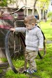 Baby, das um das alte Fahrrad geht Stockfoto