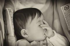 Baby, das versucht zu schlafen lizenzfreie stockbilder