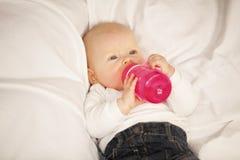 Baby, das von der Schätzchenflasche trinkt Lizenzfreie Stockbilder