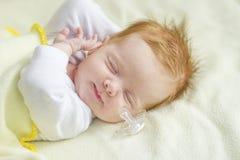 Baby, das wach erhält Stockbilder