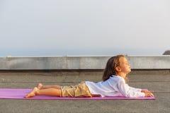 Baby, das Yoga auf dem Dach tut Stockbild
