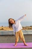 Baby, das Yoga auf dem Dach tut Lizenzfreie Stockbilder