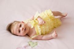 Baby, das an zurück liegt Lizenzfreies Stockfoto