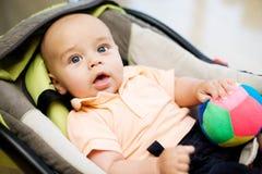 Baby in de autozetel Stock Afbeeldingen