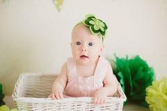 Baby in de doos Royalty-vrije Stock Afbeelding