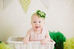 Baby in de doos Royalty-vrije Stock Foto's