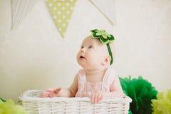 Baby in de doos Stock Foto's