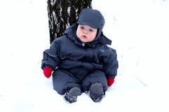 Baby in de eerste sneeuw stock foto