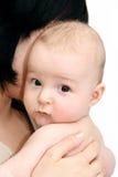 Baby in de handen van de moeder Stock Afbeelding