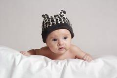 Baby in de hoed met oren stock foto's