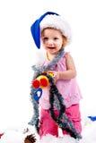 Baby in de hoed van de Kerstman in klatergoud en kunstmatige sneeuw Stock Fotografie