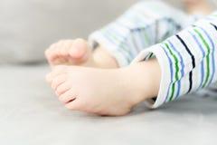 baby de jongen die van 6 maanden terwijl de moeder zijn nappy verandert schreeuwen Royalty-vrije Stock Fotografie