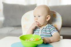baby de jongen die van 6 maanden terwijl de moeder zijn nappy verandert schreeuwen Royalty-vrije Stock Afbeeldingen