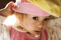 Baby in de stralen van zon stock foto's
